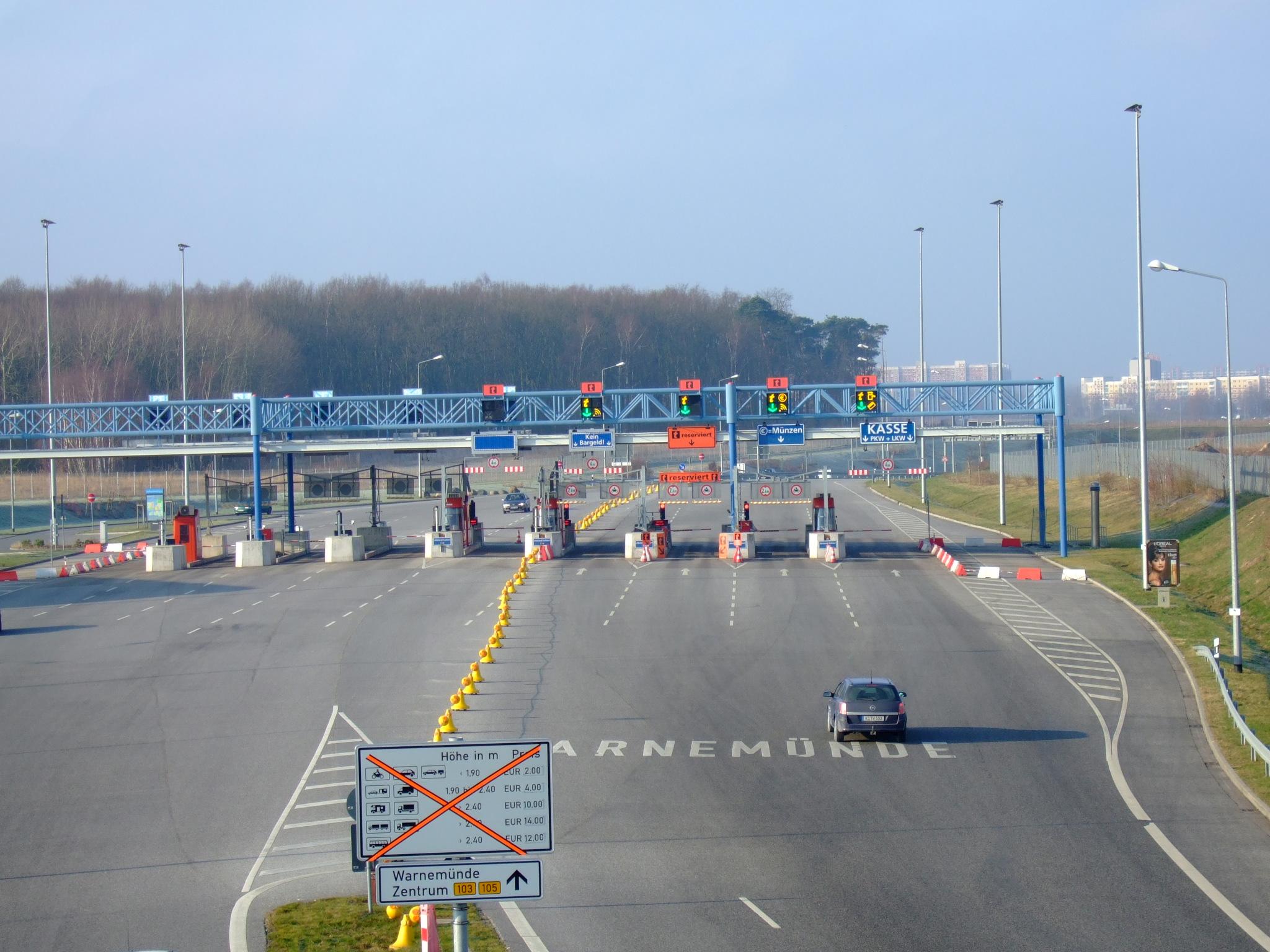 Ab heute steht fest: Das Bundeskabinett steht mehrheitlich dahinter, die PKW-Maut für Fahrer von Autos, die im Ausland gemeldet sind, ab 2016 einzuführen. Foto: © Wotan /pixelio.de