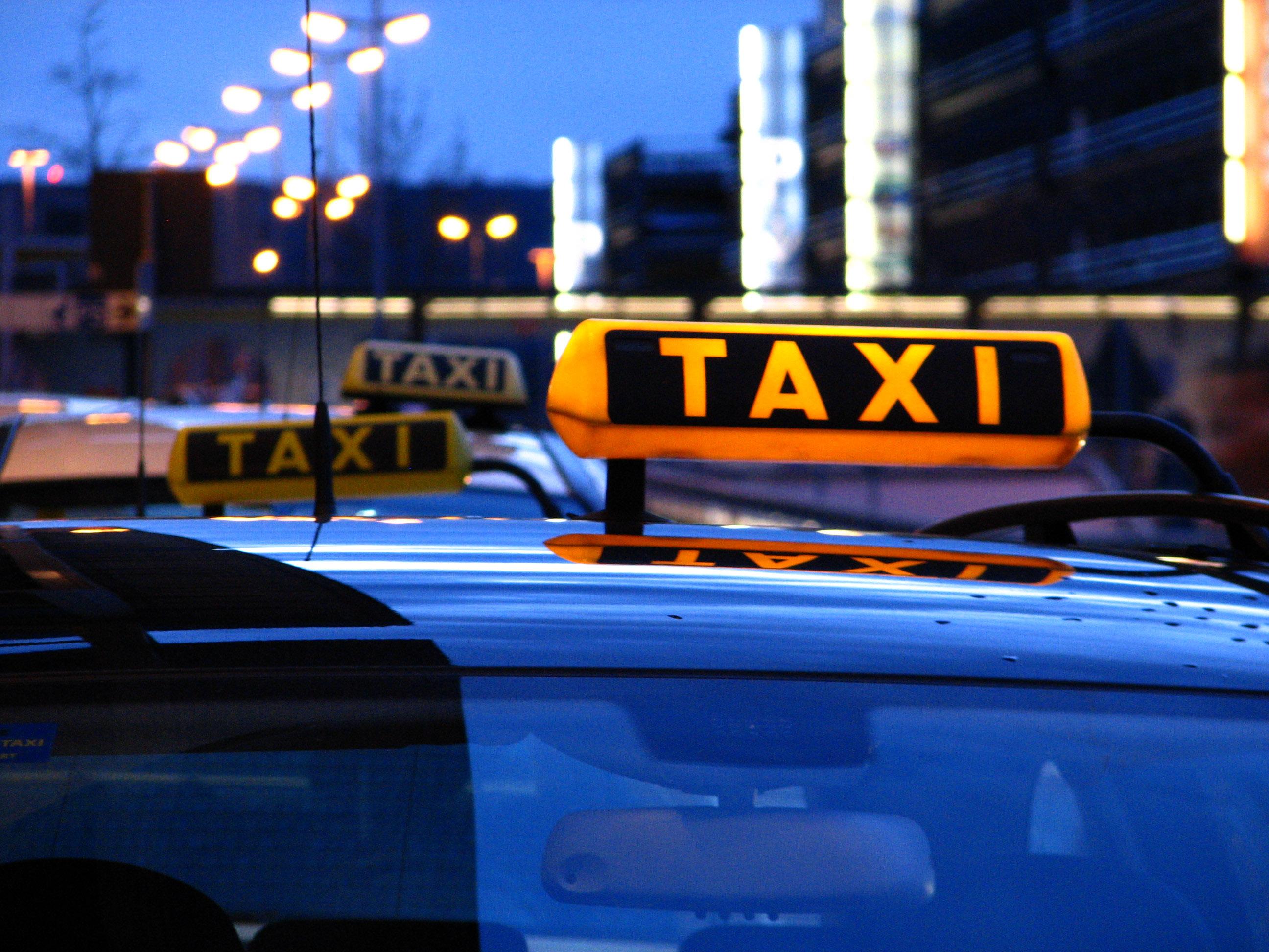 Taxifahrten werden künftig erheblich teurer. Wer ein Taxi bucht, muss zur Festlegung des Mindestlohns beisteuern.  Foto: © RainerSturm /pixelio.de
