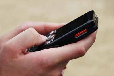 Das Handy in die Hand zu nehmen, um die Uhrzeit abzulesen, entspricht laut Gericht einer Nutzung und ist dementsprechend strafbar. Foto: Niko Korte, pixelio.de