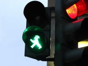 Wer als Fußgänger unterwegs ist, lebt mitunter gefährlich. Foto: Rainer Sturm/ pixelio.de