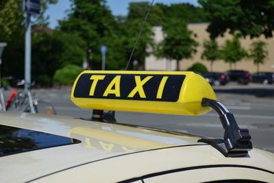Eine Fahrt mit dem Taxi soll in Schweden künftig vor Depressionen während der kurzen Herbst- und Wintertage schützen. Foto: Manuel Schlarmann, pixelio.de