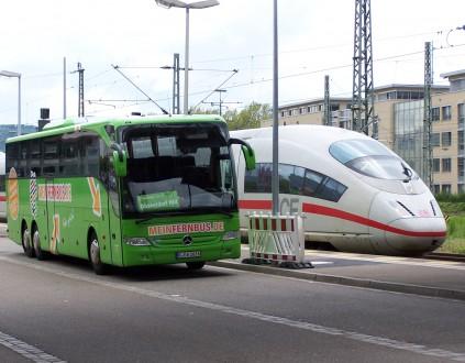 Fernbusse jagen der Deutschen Bahn zunehmend Marktanteile ab.   Foto: Hoff1980   wikipedia.org CC BY-SA 3.0