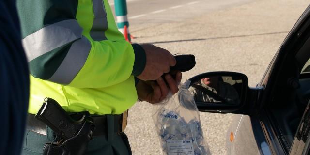 Der Alkoholtest per Atemmessgerät soll nach Willen der Polizeigewerkschaft bald ausreichen.   Foto: miguelrd68   pixabay.com CC0 1.0