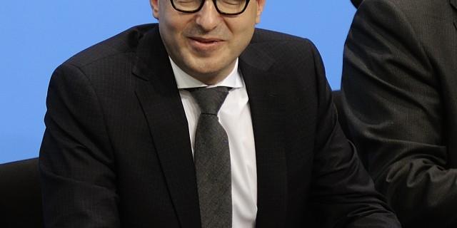 Verkehrsminister Alexander Dobrindt bei der Unterzeichnung des Koalitionsvertrages. | Foto: Martin Rulsch | CC BY-SA 4.0