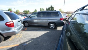 Gerade auf Parkplätzen sind Unfälle an der Tagesordnung. In vielen Fällen fahren die Täter jedoch einfach davon. | Foto: State Farm | flickr.com | CC BY 2.0
