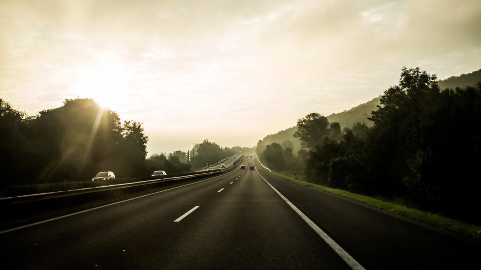 Ein allgemeines Tempolimit findet in Deutschland bisher kaum Freunde. Ein Limit, abhängig von den aktuellen Verkehrsbedingungen, könnte aber sinnvoll sein.   Foto: bibossos   Pixybay.com   CC0 1.0